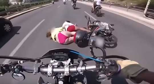 """""""Ελληναράς"""" Μοτοσικλετιστής εν δράση…(Video)"""